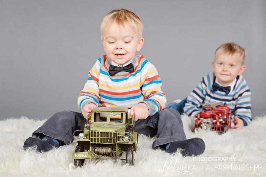 vennad-autodega-põrandal-mängimas