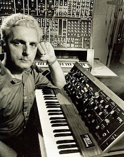 """El padre de los sintetizadore modernos Robert """"Bob"""" Moog con dos de sus creaciones; el Moog modular y el MiniMoog."""