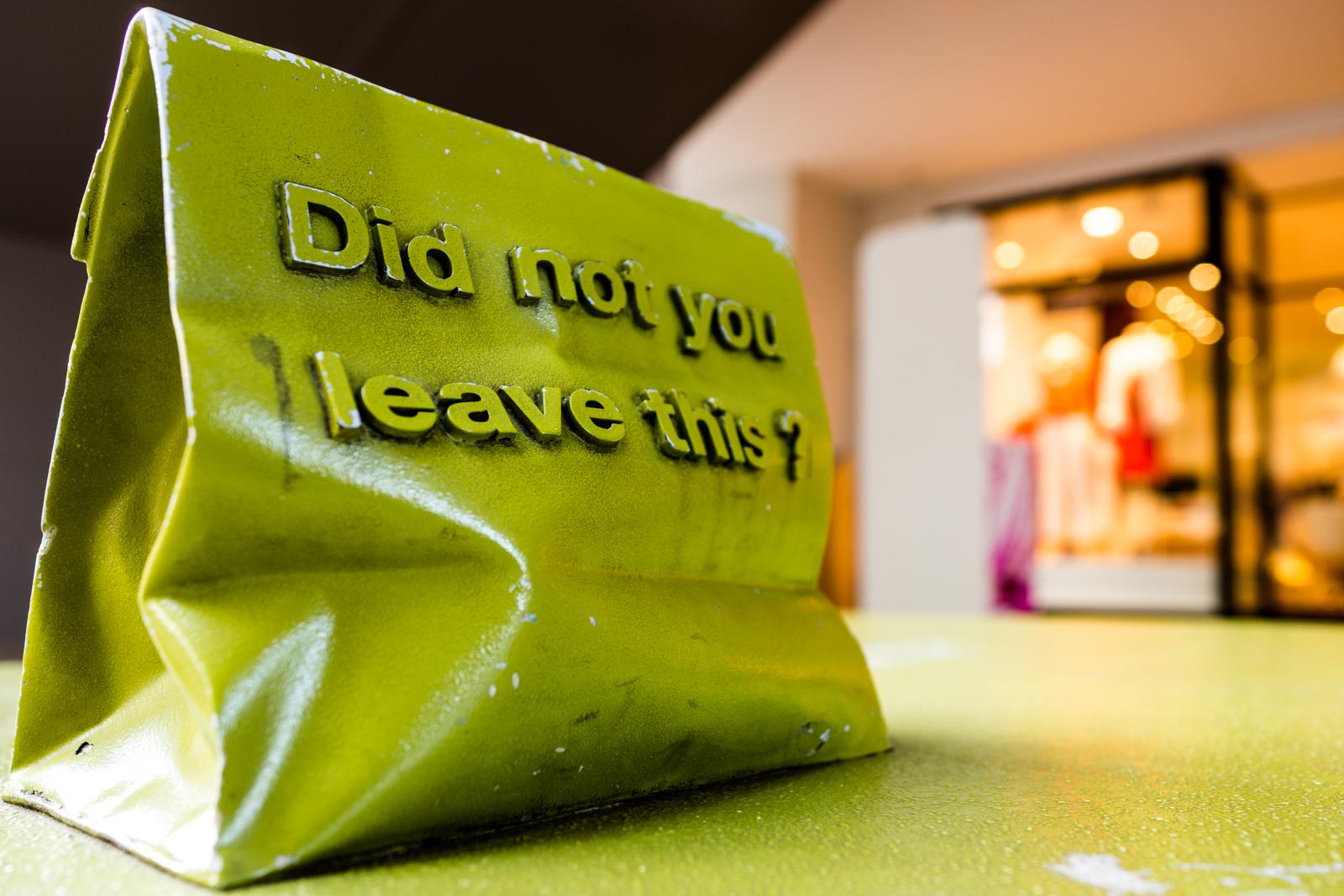 三井アウトレットパーク入間の買い物袋の飾りが付いたベンチの写真