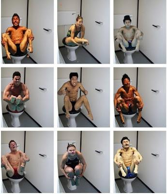 foto graciosa de nadadores sentados en la taza del water baño