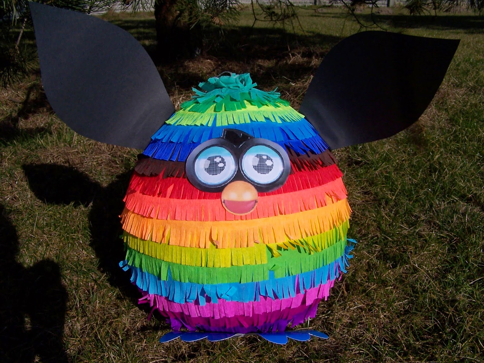Olbrzymia i okazała piniata Furby - wielokolorowa