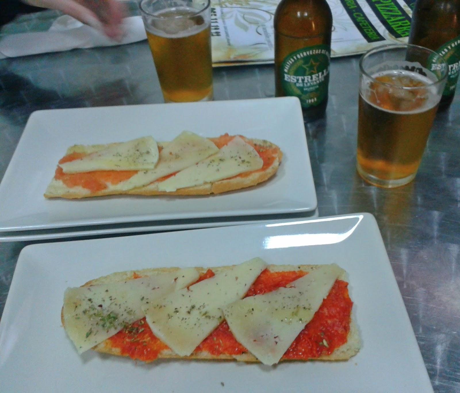 Dos cheringas de tomate y queso y de sobrasada y queso