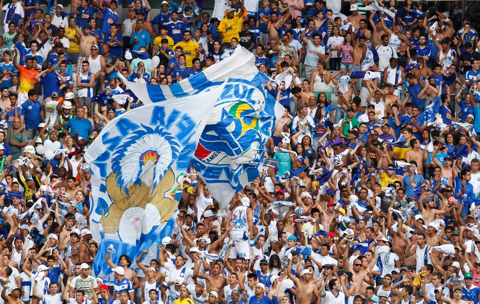 Torcida cruzeirense com bandeiras no estádio