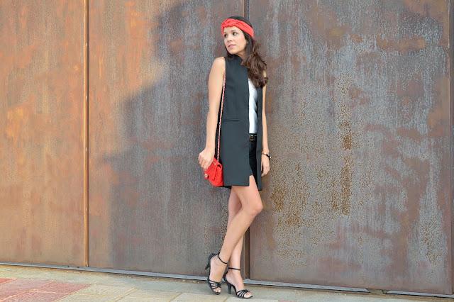 look-maxi-chaleco-turbante-outfit-rojo-negro-blanco-blogger