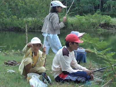 Refreshing dengan memancing di kaliasem