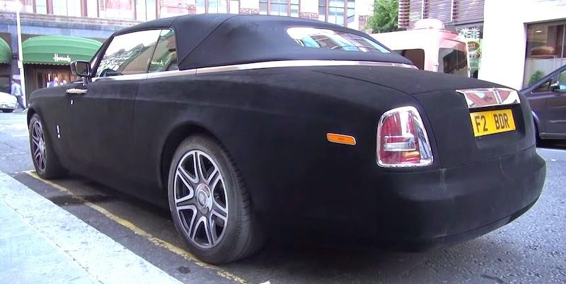 【動画】ベルベットに覆われたロールスロイスが路上駐車している様子