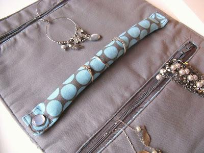 http://angharadhandmade.blogspot.co.uk/2009/02/jewellery-roll-tutorial.html