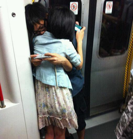 abraço olhando celular