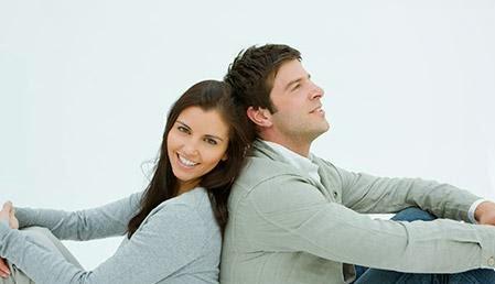 3 أسرار لجذب زوجك اليك - زوجان يستندان على ظهر بعض يسندان شاب فتاة رجل امرأة