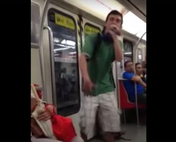 Conheça o pastor que evangeliza no metrô com rap