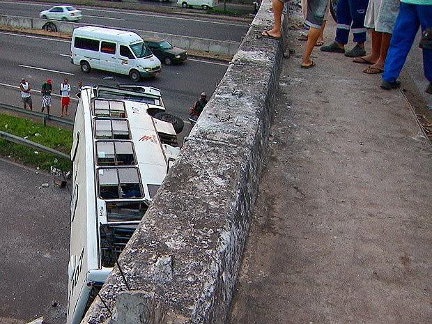 Ônibus despencou na BR-324, em Salvador (Foto: Reprodução / TV Bahia)