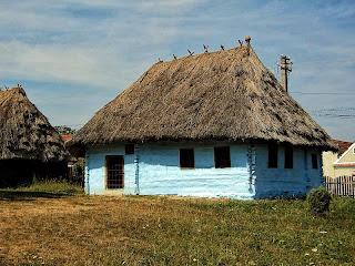 Casa ţărănească de la mijlocul secolului al XIX-lea, construita din grinzi de lemn lipite cu pamant si acoperis din paie.