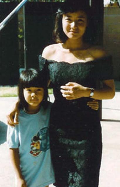 Chị Jora Trang và con gái hồi chị còn trẻ. Ảnh: Jora Trang/Cosmopolitan.