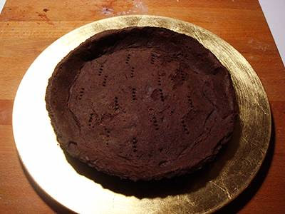 Crostata di cioccolato e more: adagiare la frolla su un piatto da portata