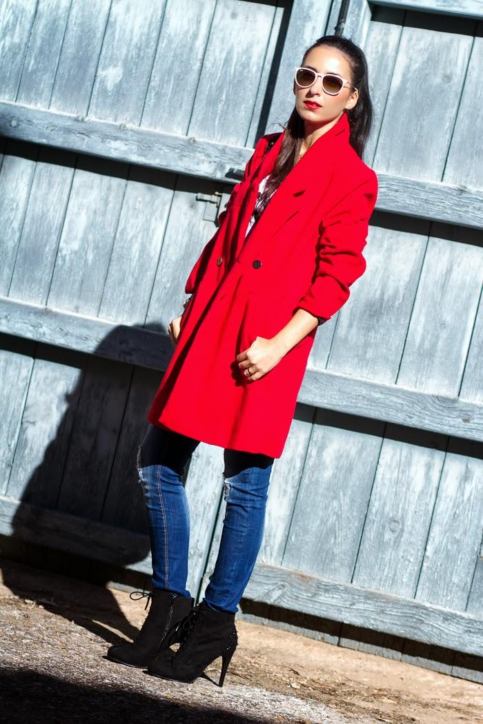 Streetstyle Look con Abrigo oversized rojo y jeans rotos