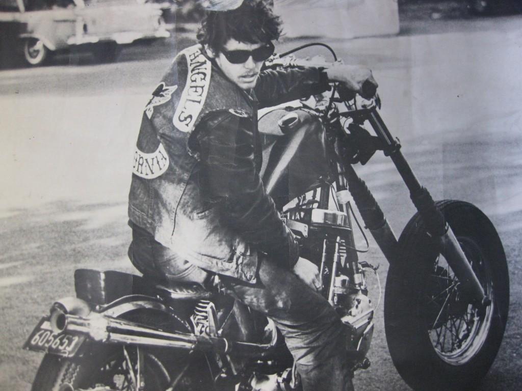 hell s angels El 17 de marzo de 1948, el primer capítulo de hells angels motorcycle club se fundó en el área de fontana / san bernardino en los estados unidos de américa.