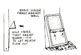 quệt keo lên lưới trong in lụa thủ công