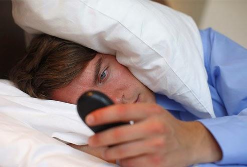 3 Bahaya Tidur Didekat Ponsel