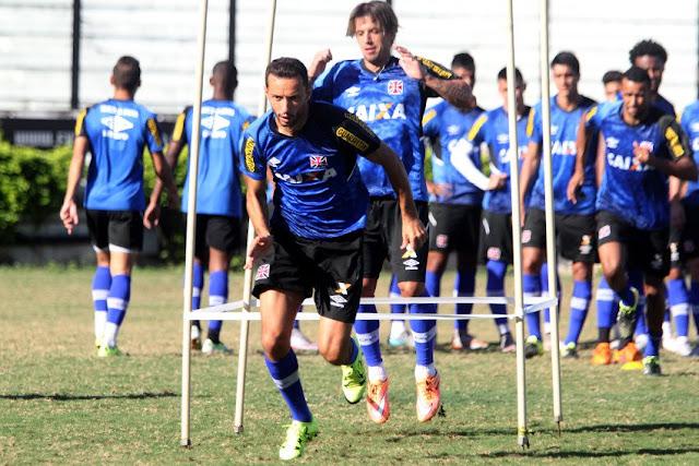 Nenê treina com os companheiros de equipe; Ele já está apto a fazer sua estreia com a camisa do Vasco (Foto: Paulo Fernandes/Vasco da Gama)