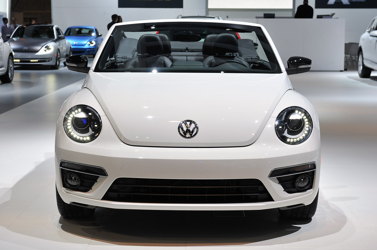 automotiveblogz 2014 volkswagen beetle convertible r line chicago 2013 photos. Black Bedroom Furniture Sets. Home Design Ideas