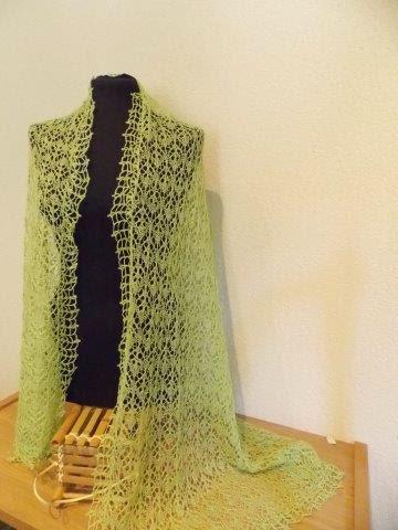 TE KOOP: linnen kanten shawl. lichtgroen.