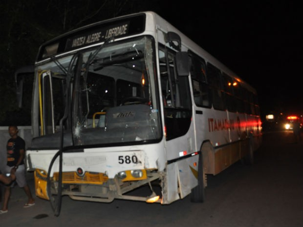 Ônibus que atingiu viatura na Bahia (Foto: Danuse Cunha /Site: Itamaraju Notícias)