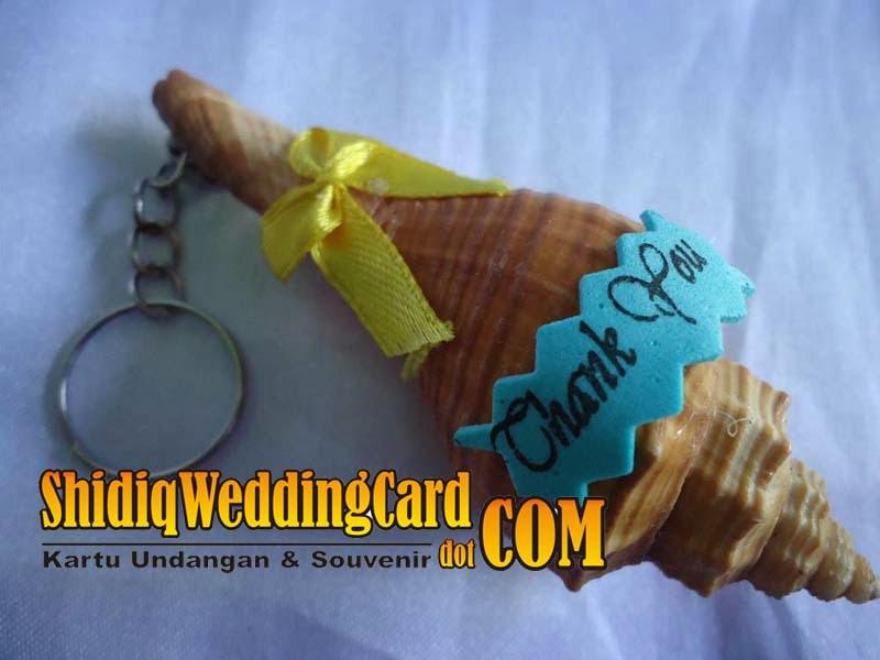 http://www.shidiqweddingcard.com/2014/02/souvenir-gantungan-kunci-kerang-besar.html