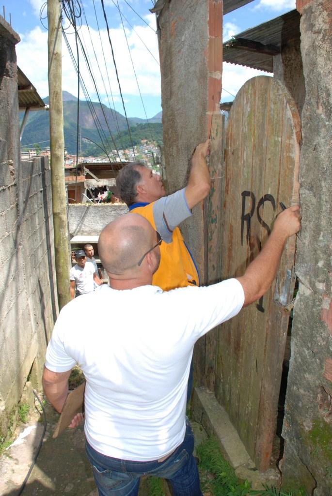 Equipe da Defesa Civil demarca imóveis interditados e com indicação de demolição