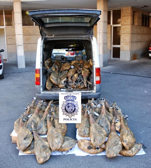Furgoneta abierta con jamones robados, imagen policia nacional