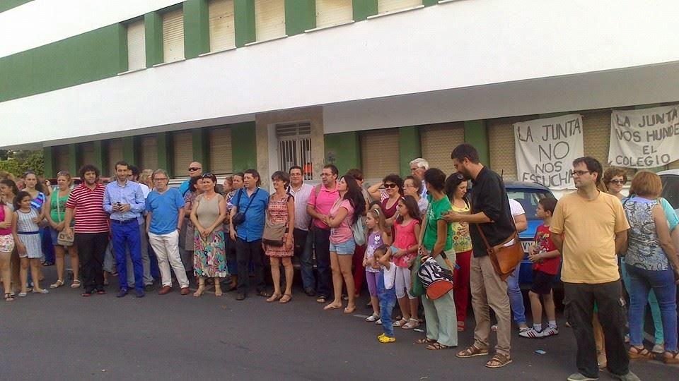 Marea verde c diz concentraci n contra la supresi n de for Colegio sagrada familia malaga ciudad jardin