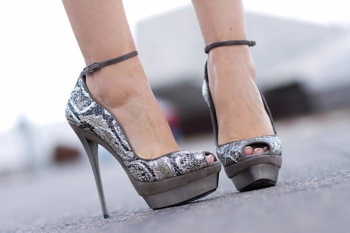 Peep Toes con pulsera y tacón metálico de JOAQUIM FERRER