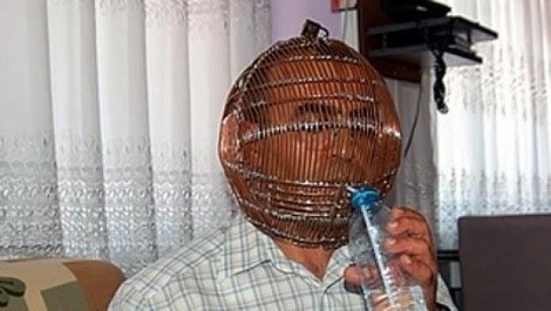 هل تعرف لماذا يضع هذا الرجل التركي قفص حديدي على راسه !