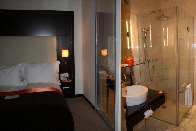 Habitacion y baño en Hotel The Levante Parliament, Viena
