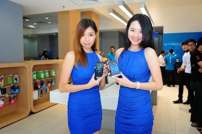 Celcom dio la bienvenida a cientos de fans del BlackBerry Z30, el 5 de octubre tal como lo mencionaron el día de hoy iba a ser su venta oficial en Malasia. El evento contó con una fila de casi 100 personas que estaban esperando desde las 9:30 pm de la noche anterior. Un impresionante récord de 200 dispositivos BlackBerry Z30 se vendieron en las primeras tres horas después de haber abierto la tienda. No sólo el Celcom Blue en Sunway Pyramid fueron testigos de una asistencia rotunda por parte de las multitudes, las colas de personas también fueron vistas en