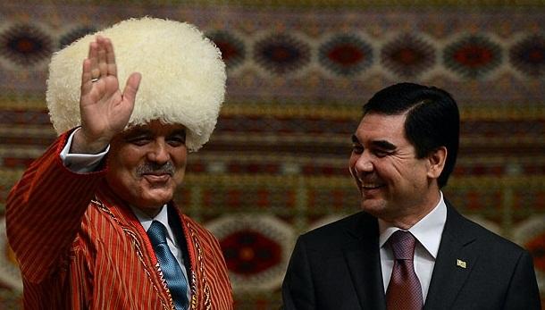 Президент Турции в туркменской национальной одежде