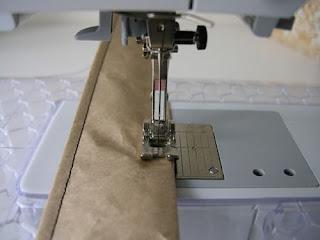 Costurando as tiras de papel reciclado para fazer um cesto com folhas de revista