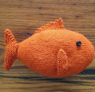 http://translate.google.es/translate?hl=es&sl=en&tl=es&u=http%3A%2F%2Fwww.justcraftyenough.com%2F2014%2F06%2Fproject-knit-fish%2F
