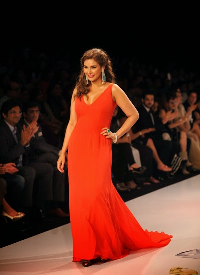 Lisa Ray walks on the ramp for Farah Khan at IIJW 2014