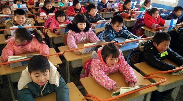 Cegah Rabun Jauh, Sekolah Di China Pasang Palang Besi di Meja Siswa
