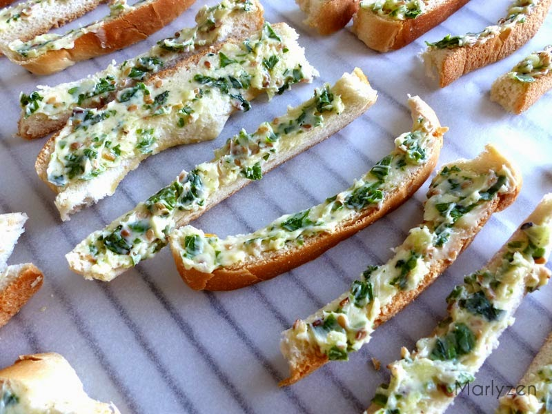 Bâtonnets de pain de mie avant passage au four.