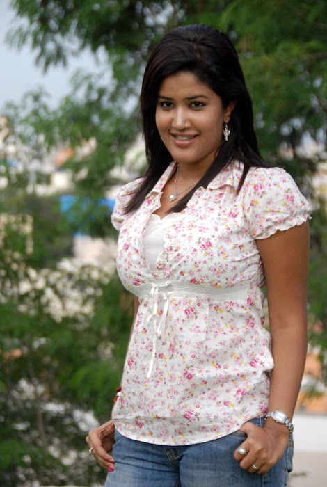 Sowmya In Jeans Cute Wallpapers unseen pics