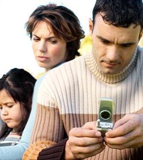 cheating-and-affairs-in-marriage - أسباب الخيانة الزوجية - رجل يخون زوجته حبيبته