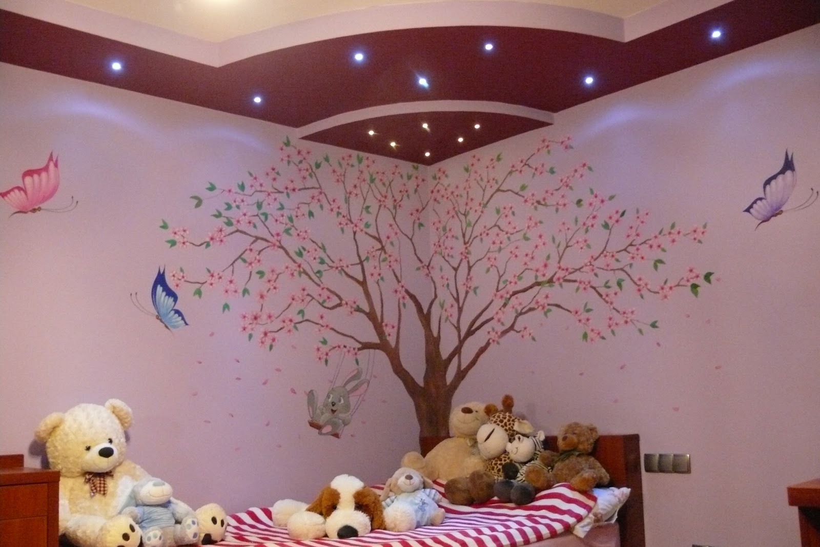 Malowanie drzewa na ścianie w pokoju dziewczynki, malowanie motylków na ścianie w pokoju dziewczynki