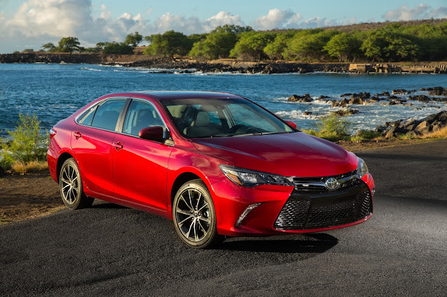 Front 3/4 view of 2016 Toyota Camry