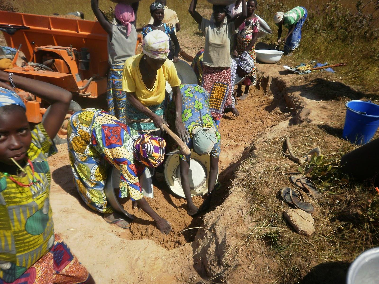 Mujeres cargando arena