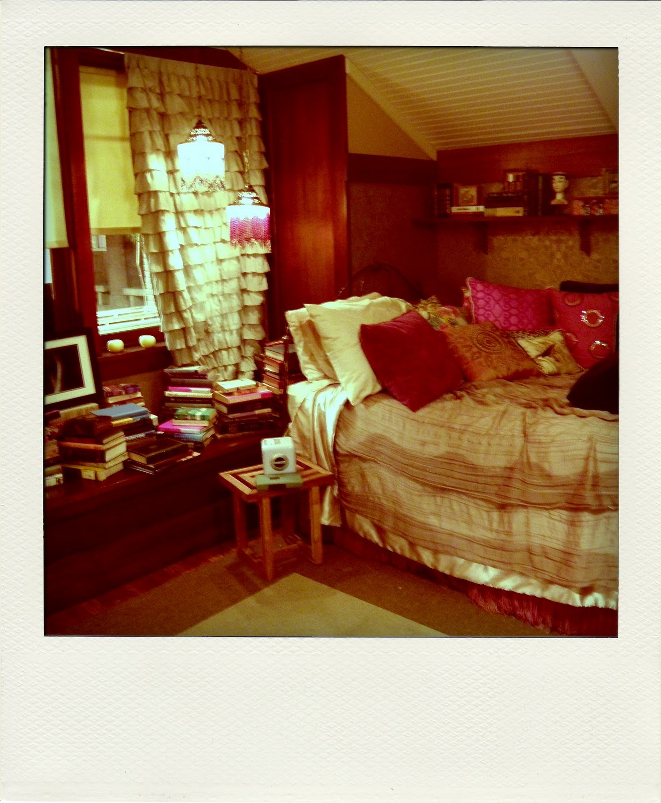 Aria Montgomery s bedroom. More photos from the set of  Pretty Little Liars    Sweets and Hearts