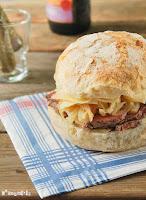 Bocadillo de carne, cebolla caramelizada y queso