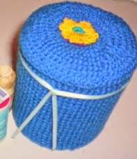 http://manualidadesdehogar.com/costurero-hecho-con-frasco-reciclado/