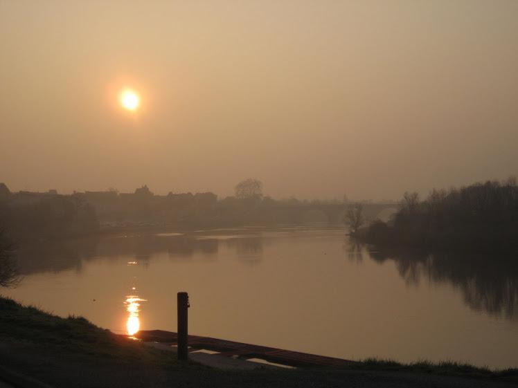 Après zazen, un matin de printemps : lever de soleil sur la dordogne.