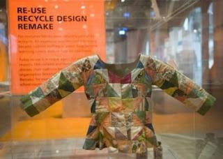 Una chaqueta hecha con papel reciclado de residuos en la exposición